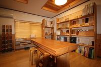以前の居住スペースが、資料室に変身。床材から、瓦まで必要なサンプルを取り揃えています。